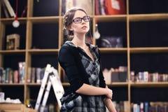 Bello allievo femminile in una libreria Immagini Stock Libere da Diritti