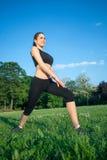 Bello allungamento della donna di sport all'aperto Fotografie Stock