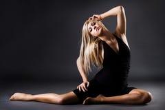 Bello allungamento femminile del danzatore Fotografia Stock