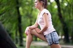 Bello allungamento femminile del pareggiatore Fotografie Stock Libere da Diritti