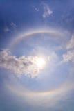 bello alone del sole con l'arcobaleno circolare intorno al blu di behide del sole Immagini Stock