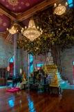 Bello altare con Buddha nel tempio buddista vuoto di tailandese Fotografie Stock