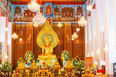 Bello altare di un tempio buddista con le sculture del dio Fotografia Stock Libera da Diritti