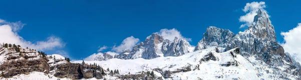 Bello ampio panorama delle alpi di inverno in Italia Fotografia Stock