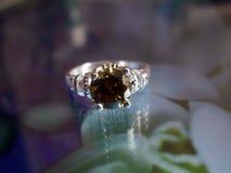 Bello anello d'argento con lo smeraldo fotografia stock libera da diritti