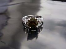 Bello anello d'argento con lo smeraldo immagini stock libere da diritti