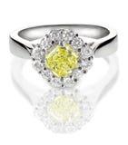 Bello anello di diamante con giallo canarino o la pietra concentrare del topazio Fotografia Stock