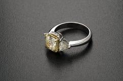Bello anello di diamante isolato su fondo nero Fotografia Stock Libera da Diritti
