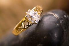 Bello anello di oro. immagini stock libere da diritti
