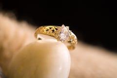 Bello anello di oro. Fotografia Stock