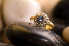 Bello anello di oro. fotografie stock libere da diritti