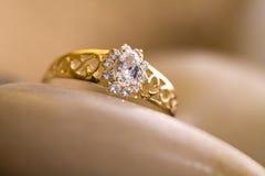 Bello anello di oro. Immagini Stock