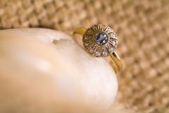 Bello anello di oro. fotografie stock