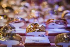 Bello anello dorato Immagini Stock Libere da Diritti