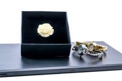Bello anello rosa in scatola e due orologi Fotografia Stock Libera da Diritti