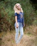 Bello Angel White Teenage Girl In un campo Fotografie Stock