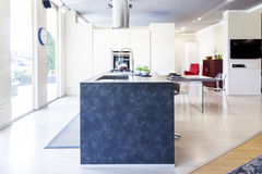 Bello appartamento moderno nel nuovo interno domestico fotografia stock