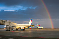 Bello arcobaleno nell'aeroporto di sera Immagine Stock