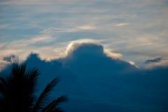 Bello arcobaleno su cielo blu Fotografie Stock Libere da Diritti