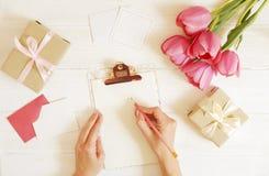 Bello arrangment dei fiori di feste della molla Mazzo di tulipani bianchi in composizione festiva, spazio della copia per testo,  fotografia stock