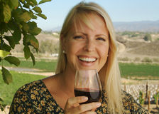 Bello assaggio di vino della donna Immagine Stock Libera da Diritti