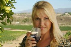 Bello assaggio di vino della donna Immagine Stock
