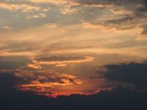 Atardecer Naranja En cielo lleno de nubes. Bello Atardecer con predominio del color naranja sumando azules, grises, blancos y rosas con el sol oculto tras la stock photography