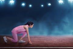 Bello atleta asiatico della donna pronto ad correre nella linea di partenza Fotografia Stock Libera da Diritti