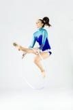 Bello atleta della ginnasta che fa esercizio con il cerchio isolato sopra Fotografie Stock