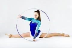 Bello atleta della ginnasta che fa esercizio con il cerchio isolato sopra Immagini Stock