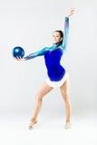 Bello atleta della ginnasta che fa esercizio con la palla isolato sopra Fotografie Stock Libere da Diritti