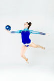 Bello atleta della ginnasta che fa esercizio con la palla isolato sopra Fotografie Stock