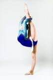 Bello atleta della ginnasta che fa esercizio Isolato su bianco Fotografia Stock Libera da Diritti