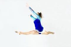 Bello atleta della ginnasta che fa esercizio Isolato su bianco Immagine Stock Libera da Diritti