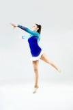Bello atleta della ginnasta che fa esercizio Isolato su bianco Fotografie Stock Libere da Diritti