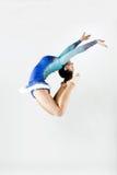 Bello atleta della ginnasta che fa esercizio Isolato su bianco Fotografia Stock