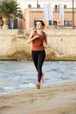 Bello atleta femminile integrale sulla spiaggia per la routine di allenamento Fotografia Stock Libera da Diritti