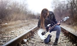Bello attuatore della ragazza con la chitarra elettrica Un musicia della roccia Fotografie Stock Libere da Diritti