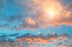 Bello aumento del sole e cielo nuvoloso fotografie stock libere da diritti
