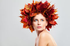 Bello Autumn Fashion Model Woman con le foglie di acero di caduta Immagini Stock Libere da Diritti