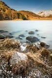 Bello Autumn Morning At Blea Tsrn con neve sulle montagne del luccio di Langdale Immagini Stock Libere da Diritti