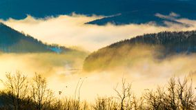 Bello autunno che fa un'escursione nelle alpi del berchtesgadener con nebbia nel valey e nelle viste sbalorditive immagine stock libera da diritti
