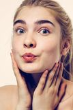 Bello bacio sveglio dei capelli biondi del ritratto del fronte della donna Immagini Stock
