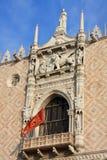 Bello balcone con il bas-reliief del leone, la finestra di lancetta e il flafl alati immagini stock libere da diritti
