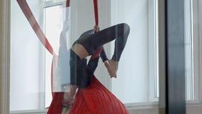 Bello ballerino che posa sul tessuto aereo nella classe Fotografia Stock Libera da Diritti