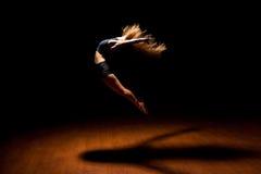 Bello ballerino che salta in una fase Immagini Stock