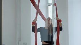 Bello ballerino del palo su tessuto aereo rosso che fa esercizio Immagine Stock