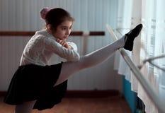 Ballerino di balletto della ragazza che pratica sulla sbarra Fotografie Stock Libere da Diritti