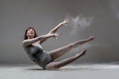 Bello ballerino di balletto espressivo che posa con la farina allo studio Fotografia Stock Libera da Diritti