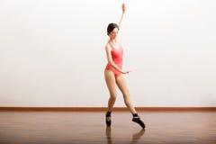 Bello ballerino di balletto in uno studio Immagine Stock